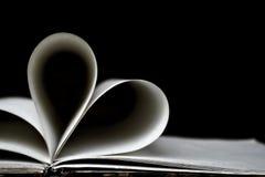 心形的书页,黑暗的背景 免版税库存图片