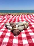 心形的堆在海滩的石头 免版税库存照片