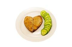 心形的多士和黄瓜绿色 库存照片