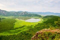 心形的天堂湖和小山 库存照片