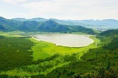 心形的天堂湖和山 免版税库存图片