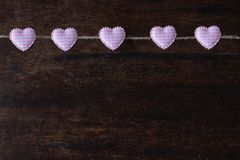 心形的夹子在绳索,华伦泰s天,爱墙纸垂悬 免版税库存图片