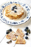心形的奶蛋烘饼用莓果 免版税库存图片