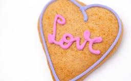 心形的姜饼,灰色/白色背景 情人节符号 免版税图库摄影