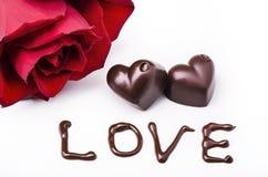 心形的巧克力和红色玫瑰 库存照片