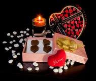 心形的巧克力爱与蜡烛和礼物盒情人节 免版税库存图片
