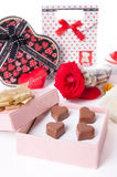 心形的巧克力爱在桃红色礼物盒和玫瑰情人节 免版税库存图片