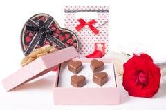 心形的巧克力爱在桃红色礼物盒和玫瑰情人节 库存图片