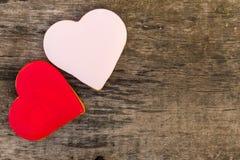 心形的曲奇饼为在土气木桌上的情人节 库存照片