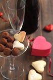 心形的曲奇饼和块菌状巧克力 免版税库存图片