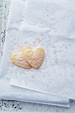 心形的曲奇饼用桃红色糖 免版税库存照片