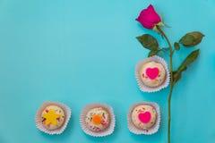 心形的杯形蛋糕和桃红色玫瑰 库存图片