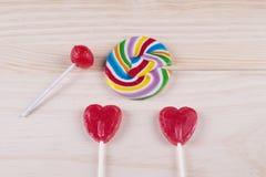 心形的棒棒糖和各种各样的形状和颜色 图库摄影