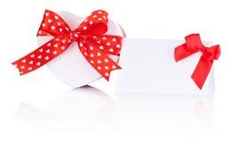 心形的箱子礼物栓与与在白色和问候笔记的丝带隔绝的弓 免版税图库摄影