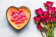 心形的糖果和玫瑰 免版税库存图片