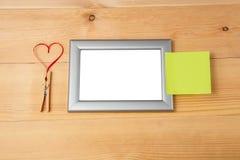 心形的红色丝带和空白的照片框架 免版税库存图片