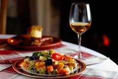 心形的红色和白色面团、雀跃和荷兰芹在一个碗以心脏和一杯白葡萄酒的形式 库存图片