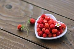 心形的草莓,浪漫点心 免版税库存照片