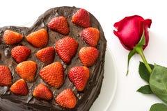 心形的蛋糕和玫瑰和为华伦泰` s天 免版税图库摄影