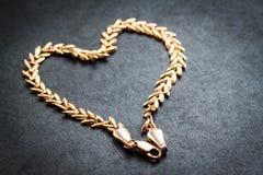 心形的金链子。 免版税库存图片