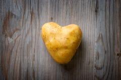 心形的金黄土豆 免版税库存照片