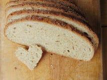 心形的面包片在充分的面包前面的 免版税库存图片