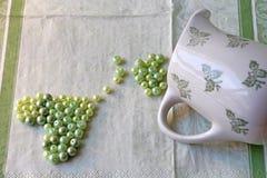 心形的绿色小珠 免版税图库摄影