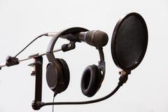 心形线的电容传声器、耳机和流行音乐在灰色背景过滤 家庭录音室 库存图片