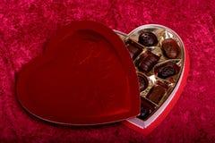 心形配件箱的巧克力 免版税库存照片