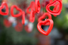 心形陶瓷的响铃和与绿色自然backgr的词爱 免版税库存照片