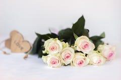 心爱的花束 浪漫华伦泰开花的玫瑰,嫩花,淡色 欢乐事件,特别是婚姻 免版税库存图片