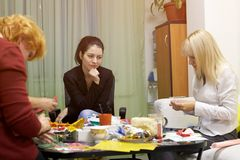 心理学为使用绘图技术的一个小组妇女分类 图库摄影