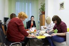 心理学为使用绘图技术的一个小组妇女分类 免版税库存图片