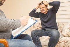 心理学家咨询的疗法,精神问题概念 年轻印象深刻人哭泣 在处理的侵略和失望的帮助 库存照片
