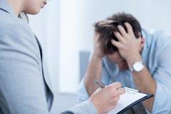 心理学家支持的绝望人 免版税图库摄影