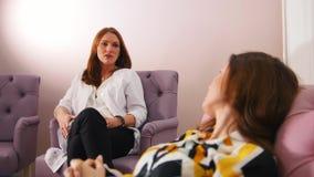 心理学家的招待会诊所的 有的医生与客户的一次交谈 股票视频