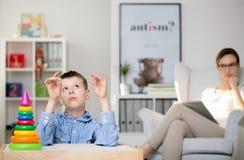 心理学家观察自我中心男孩 库存图片
