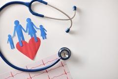 心电图在白色桌上的听诊器和保险开关心脏 免版税库存照片