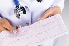 心电图, ecg在手中一位女性医生 医疗医疗保健 诊所心脏病学心脏节奏和脉冲测试特写镜头 免版税库存照片