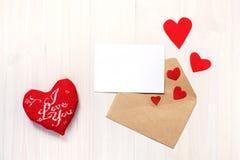 心脏、卡片和信封 免版税库存照片