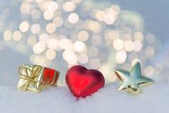 心脏、礼物和星在雪 图库摄影