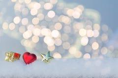 心脏、礼物和星在雪 免版税图库摄影