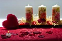 心脏、蜡烛和玫瑰花瓣 免版税图库摄影
