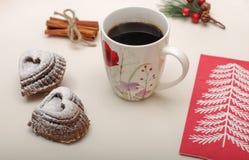 心脏与一个杯子的形状曲奇饼大角度看法热的咖啡 图库摄影