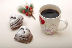 心脏与一个杯子的形状曲奇饼大角度看法热的咖啡 库存照片
