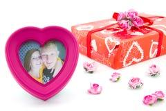 心脏与愉快的夫妇的照片框架 库存照片
