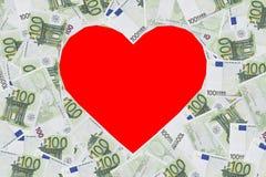 心脏与100张欧洲钞票的形状标志 华伦泰概念背景 免版税库存图片