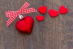 心脏丝带Xmas红色黑暗 免版税图库摄影