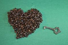 心脏做用咖啡豆和古老钥匙 免版税库存图片