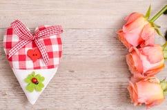 心脏和三朵橙色玫瑰 库存图片